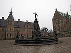 За фонтаном левее находятся Комнаты Кастеляна.