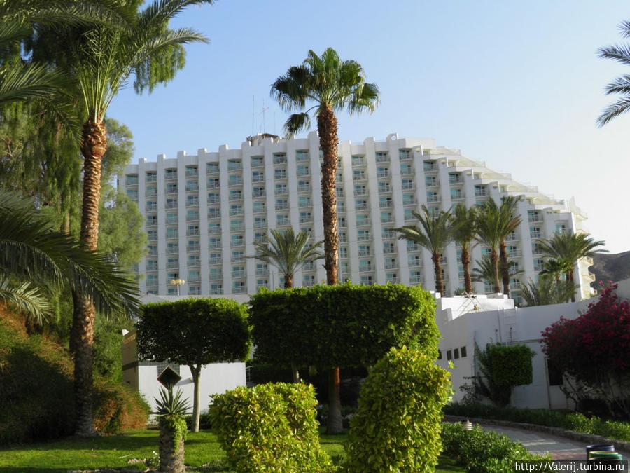 Основной корпус отеля, который виден задолго до того, как вы подъедете к отелю