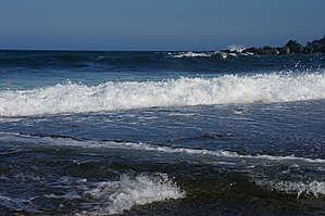Океан   не   трогают    все   эти    маленькие   трагедии,   он   продолжает    играть   своей   вспененной   волной,  красуясь  прозрачной   голубой   водой.