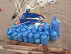 В этих бутылях пробки от бутылок. Такие пробки собираются по всей Турции и сдаются фирмам- производителям напитков. Вырученные средства идут на благотворительные цели.