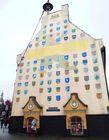 Дом с 77 гербами латвийских городов в Старой Риге