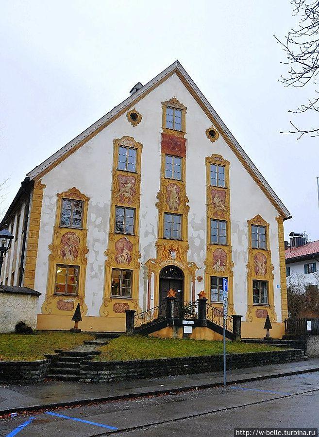 Oberammergau Ещё одно красивое здание принадлежит лесному хозяйству. Дом был построен в 1763 г. в барочном стиле.