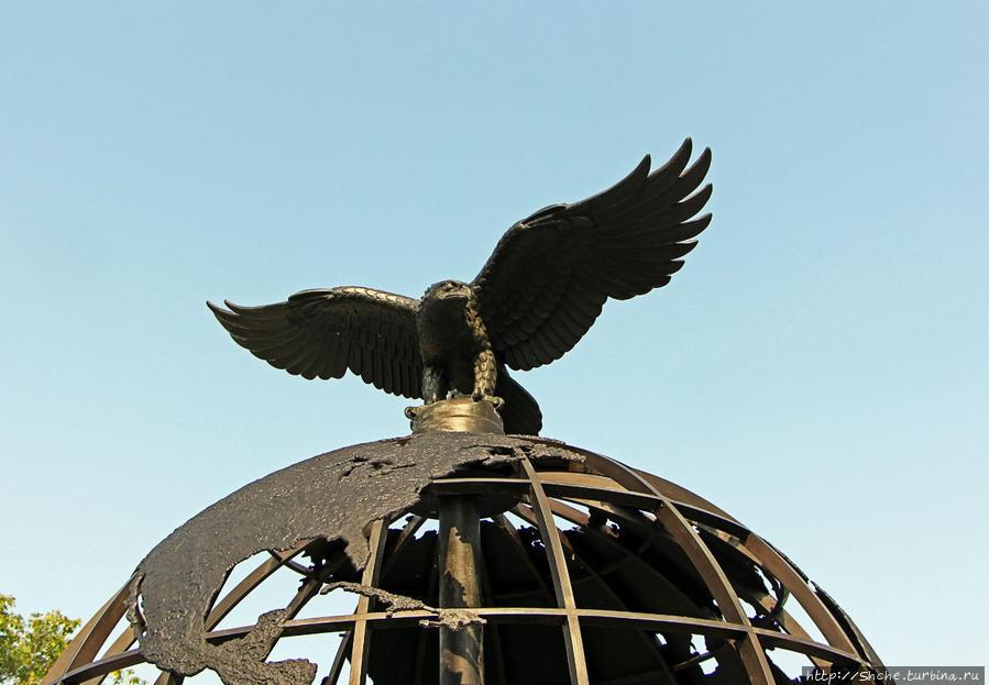 на вершине глобуса орел, очень напоминающий американский...