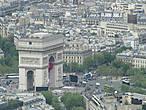 Триумфальная арка монумент в 8 округе Парижа на площади Шарля де Голя