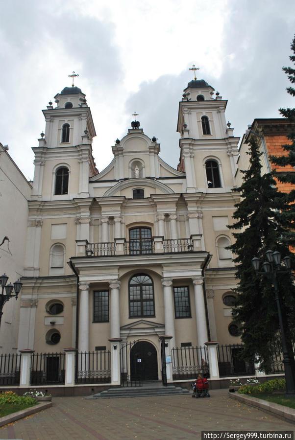 Собор Девы Марии. 1700-1710г. В 1951г. обе башни были снесены . в помещении устроили дом физкультурника.... После возвращения церкви , восстановлен первоначальный вид.