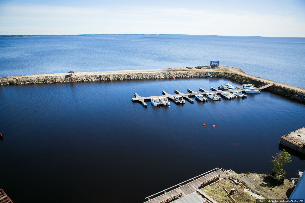 Вид на яхт-клуб и на Онежское озеро с портового крана, тут видны острова Ивановские, распологающиеся на выходе из Петрозаводской губы Онежского озера
