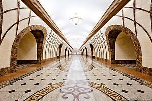 «Жибек Жолы». Название станции связано с Великим шелковым путем, который проходил через Южный Казахстан. Снова станция глубокого заложения (30 м) пилонного типа с междупутьем.