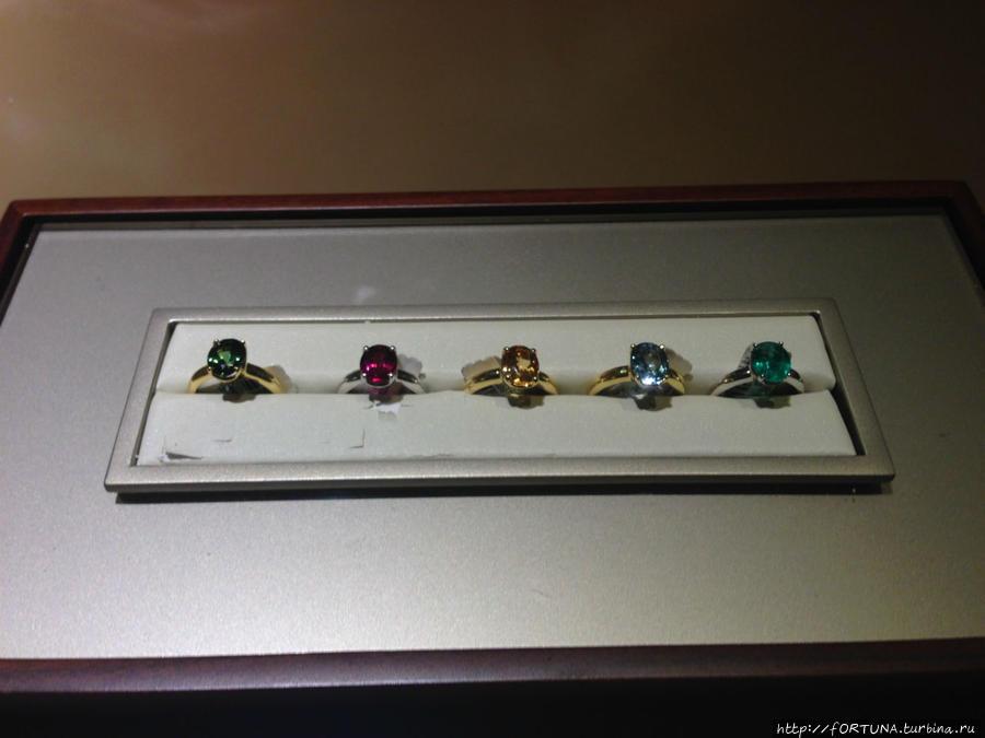 коробка с образцами камней и золота