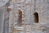 На глаза то и дело попадают различные детали древнего города, например, этот каменный алтарь.