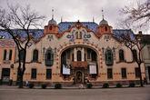 Это вычурное и яркое здание, напоминающее творения Гауди, архитектор Ференц Райхль построил в начале ХХ века в качестве собственной студии и дома для своей семьи. Райхль так увлекся украшением своего дворца и внутри, и снаружи что быстро обанкротился и был вынужден продать дом вместе со всей обстановкой. Сейчас в стенах дворца Райхля располагается галерея современного искусства, где выставлено более тысячи работ югославских художников второй половины ХХ века.