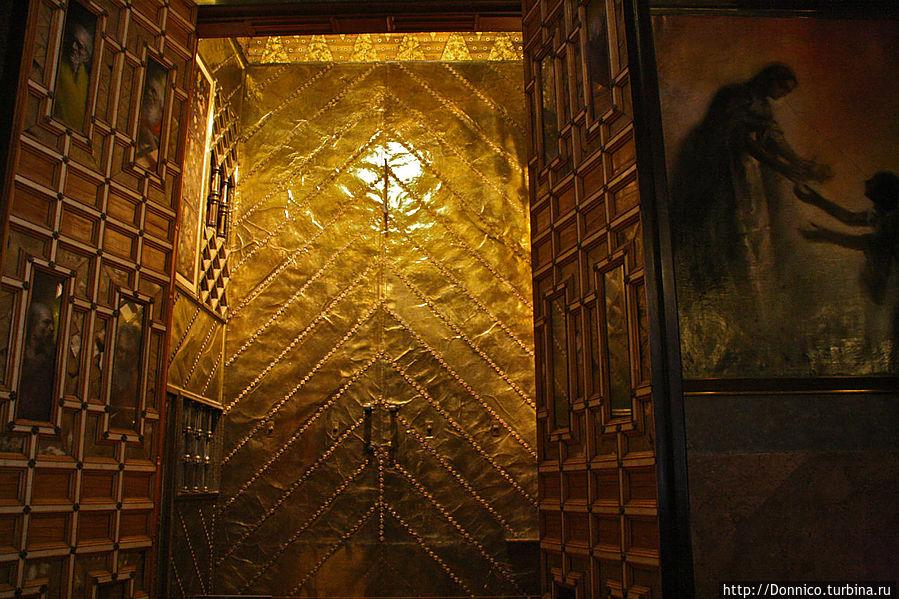 например вот эта золотая дверь наверное обошлась Гуэлю не в одну копеечку из целого состояния, которое стоил весь Дворец. Да и назвать его иначе как Дворцом язык не поворачивается