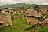 Сама крепость, ничего особого, трава и стены. Но достаточно культурно всё и чисто.