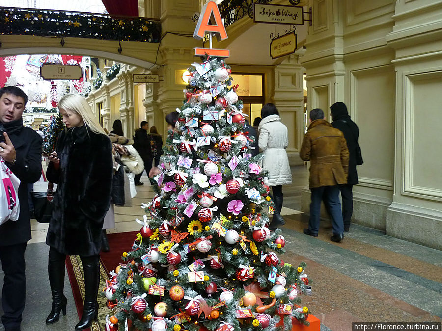 Каждая елка оформлена как реклама магазина ГУМа или иного заведения. Вот это — елка альфа-банка