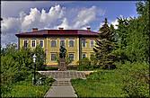 Здание администрации и памятник Ломоносову