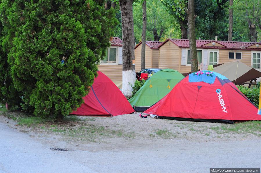 Еще палатки.