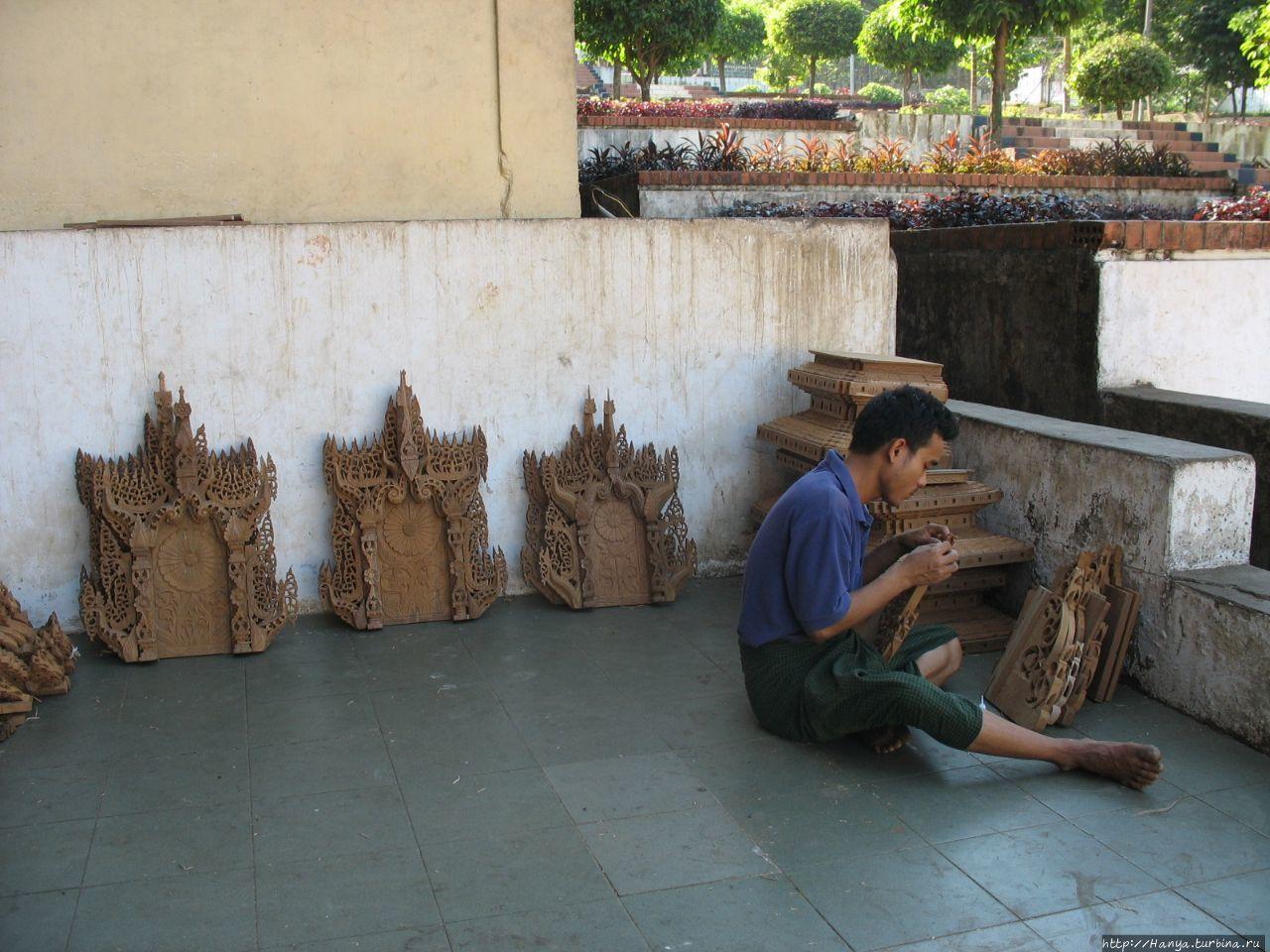 Мьянмарские резчики по де