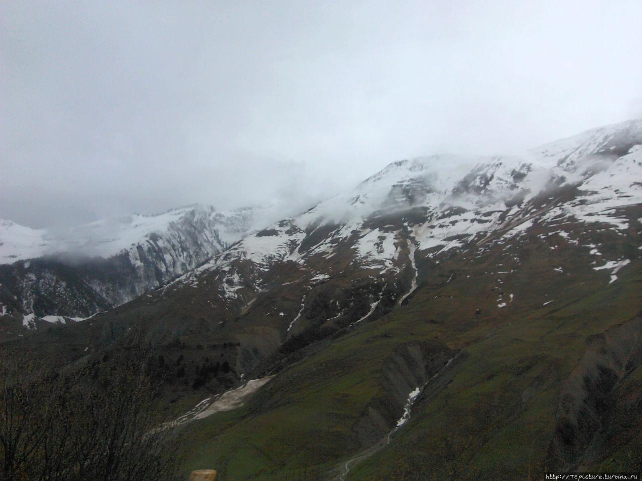 Грузия — впереди Крестовый перевал в снегу. Алания, Турция