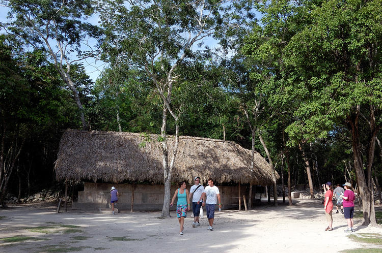 Туристы гуляют по дорожка