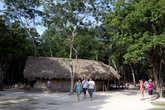 Туристы гуляют по дорожкам