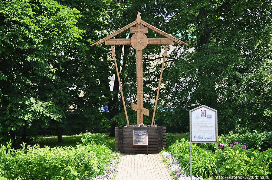 Памятный крест, установленный на месте разрушенного храма