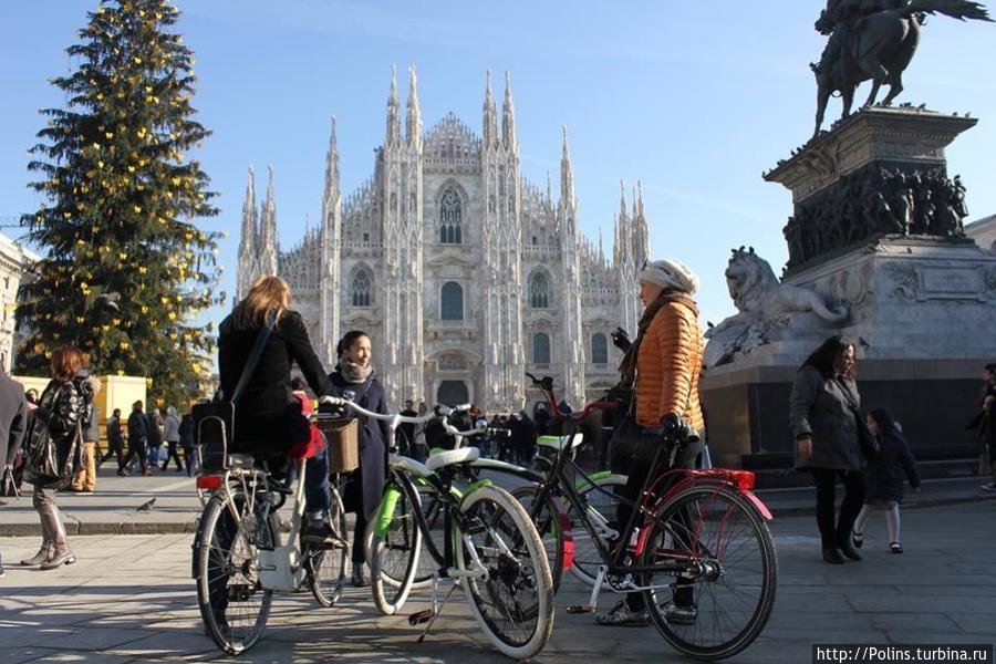 Главная площадь Милана Duomo на велосипедах