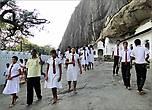 Среди паломников очень много учащихся. Распознать их можно по единой униформе.