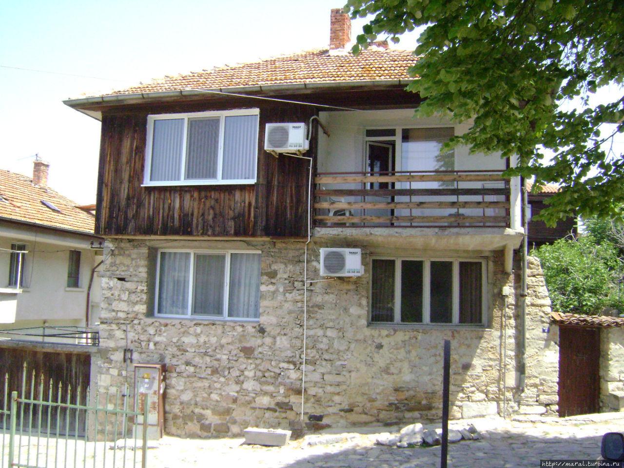 Двухэтажные дома XVIII—XIX веков и узкие кривые улочки придают Несебру особый шарм