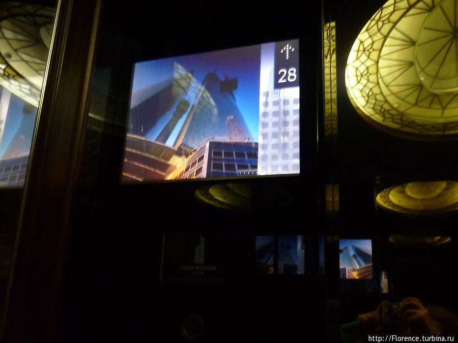 Лифт. Панорамного вида нет, зато есть телевизор