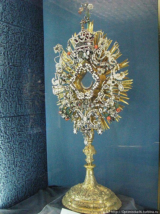 Другая монстранция украшена 260 алмазами и большими количеством жемчужин, благодаря которым она получила название «Жемчужная». Ок.1740 г. (фото из интернета)