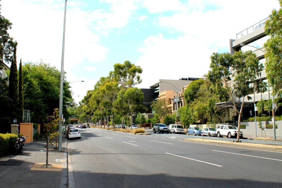 вид по улице от отеля в сторону трамвайной остановки