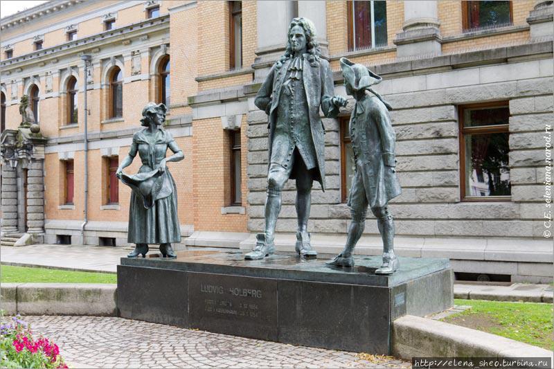 20. Тут даже не памятник, а целая скульптурная композиция. Лудвиг Хольберг (1684-1754) считается основоположником литературы сразу двух стран — Норвегии и Дании. Он писал в частности сатирические пьесы, за что его называли датским Мольером. Вероятно, он стоит в компании героев своих пьес.