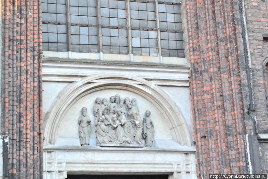 Барельеф над входом