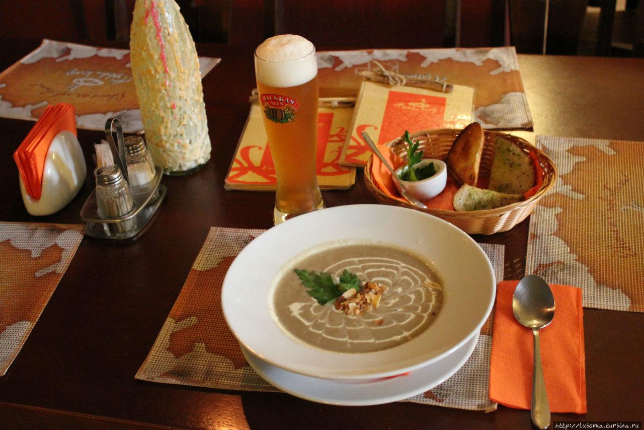 Грибной суп-пюре из шампиньонов и чеснока с жареным миндалём.