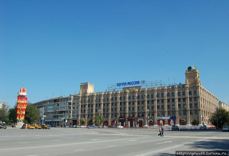 Вид здания с площади Павш