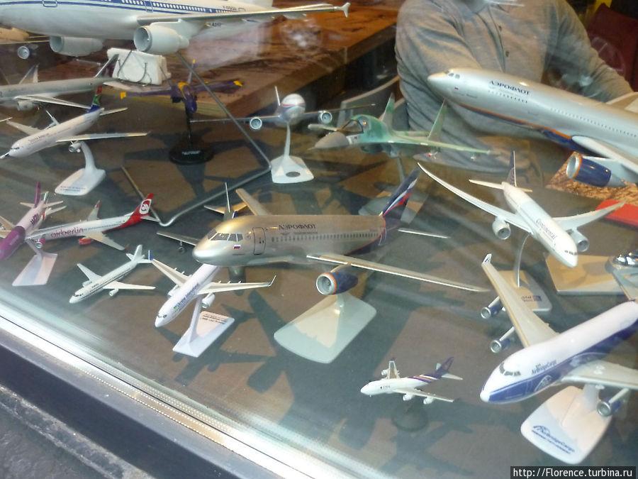 Модели самолетов на окне