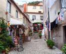 Очаровательное соседство сохнущей стирки с сувенирным магазином для туристов