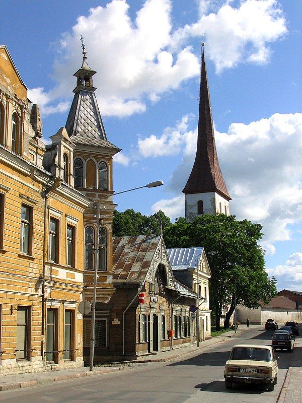 На центральной улице Раквере, Эстония