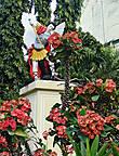 * Сбоку к церкви примыкает маленький садик, где среди красивых цветов виднеется фигура Архангела Михаила. Это не единственный памятник, который можно увидеть в Хагне.