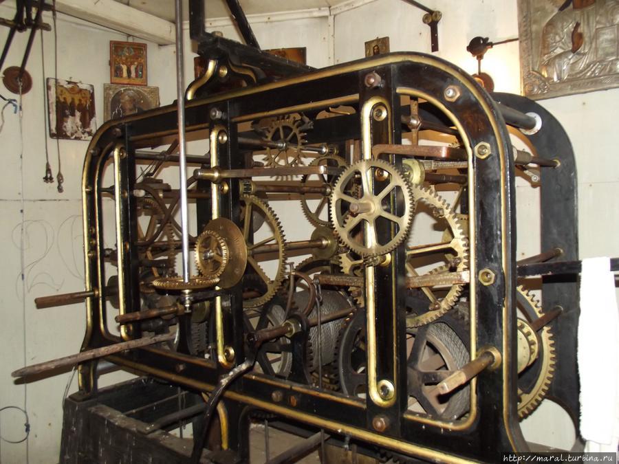 Часовой механизм питерской фирмы Фридриха Винтера установлен на колокольне в 1896 году