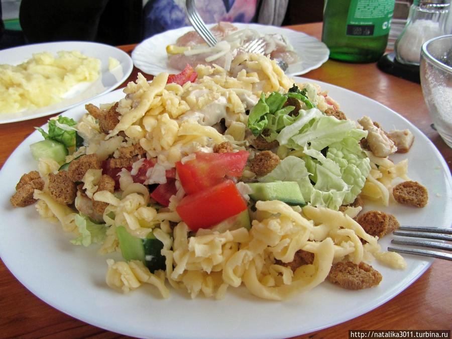 Цезарь в Волне, порция очень большая, мы втроем ели. Конечно это не классический Цезарь, но вкусно и сытно.