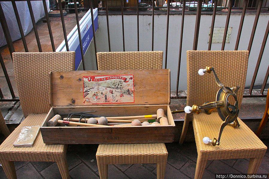 вот старинный набор для игры в крикет, а рядом светильник