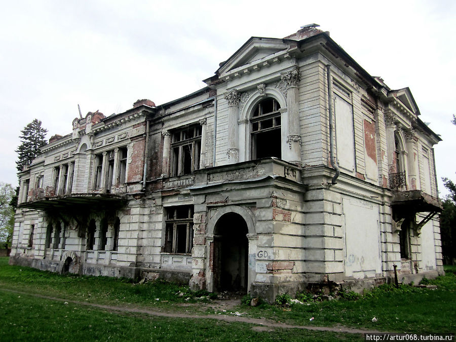 А это тоже памятник архитектуры, усадьба Асеева В.Т.... от нее остались только стены