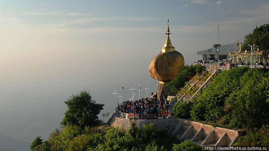 Золотой камень на вершине горы Чайтхиё, Мьянма