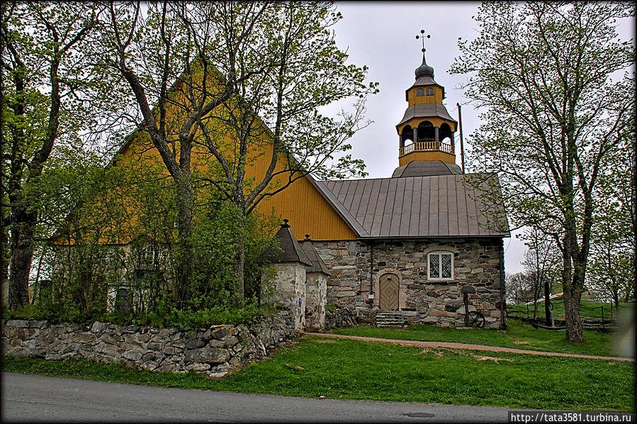 Старая церковь — Vanha kirkko на улице Alinenkatu. Это исторический памятник. Уусикаупунки, Финляндия