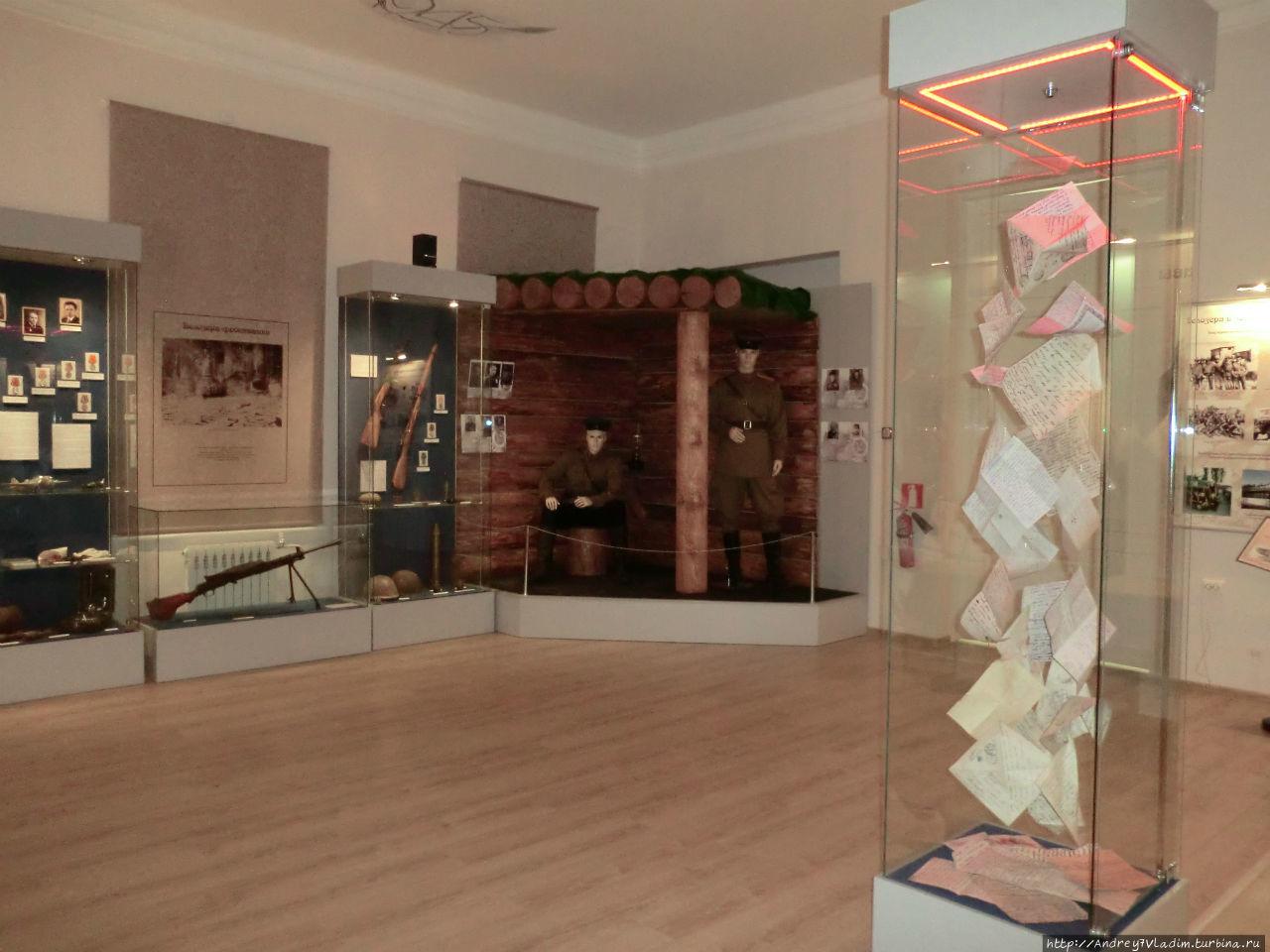 Зал воинской славы. Центральная витрина, в которой кружаться копии писем с фронта по стихотворения С.Орлова