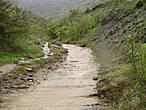 Путь в урочище лежит через живописное ущелье по дну которого течет река Арпат, а точнее ее правый приток — Пананьян-Узень