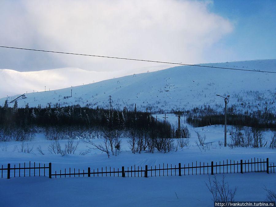 Вид из окна — городской склон, трамплины, городской парк с трассой для беговых лыж