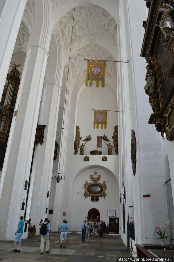 маленькая дверь справа — вход на башню