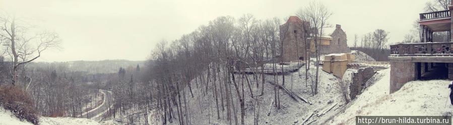 Сигулдский замок изначально задумывался как оборонительная крепость, в 1207 году началось его строительство. Ливонский орден варваский путём овладел замком и перестроил его на свой лад, так замок стал напоминать форму «Конвента». Во время Северной войны замок разрушили, на сегодняшний день сохранился юго-западный корпус с готическими окнами и главная надвратная башня. Сигулда, Латвия