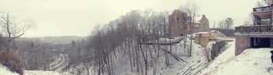 Сигулдский замок изначально задумывался как оборонительная крепость, в 1207 году началось его строительство. Ливонский орден варваский путём овладел замком и перестроил его на свой лад, так замок стал напоминать форму «Конвента». Во время Северной войны замок разрушили, на сегодняшний день сохранился юго-западный корпус с готическими окнами и главная надвратная башня.